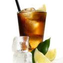 Cola mit Eiswrfel und Zitrone